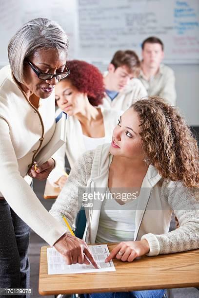 Enseignant aidant les étudiants de faire un test de classe