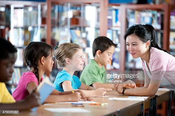 Insegnante aiutando gli studenti in aula