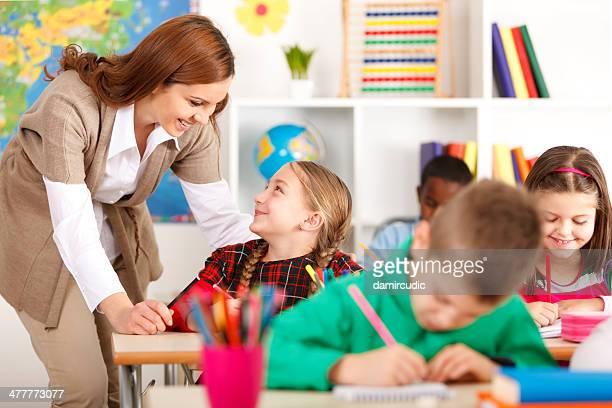 Professor ajudar os alunos a