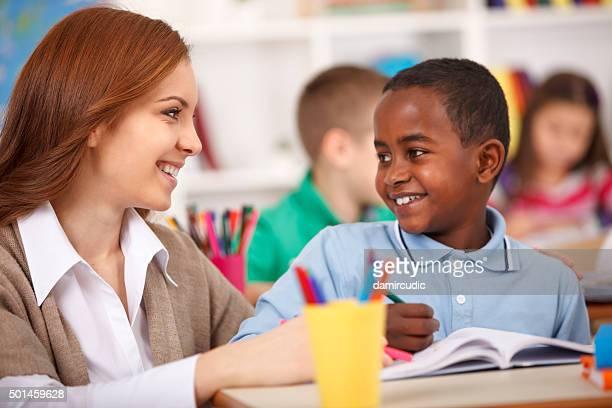 Enseignant aidant les étudiants