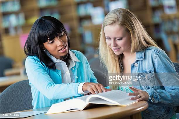 Professeur à l'école dans la bibliothèque fille