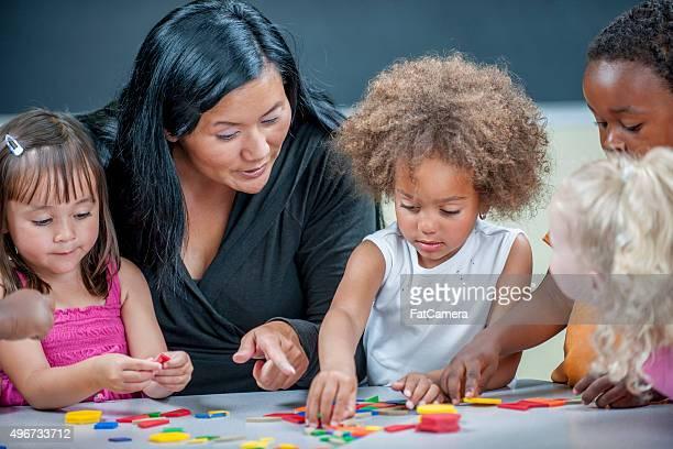 Enseignant montrant des enfants formes