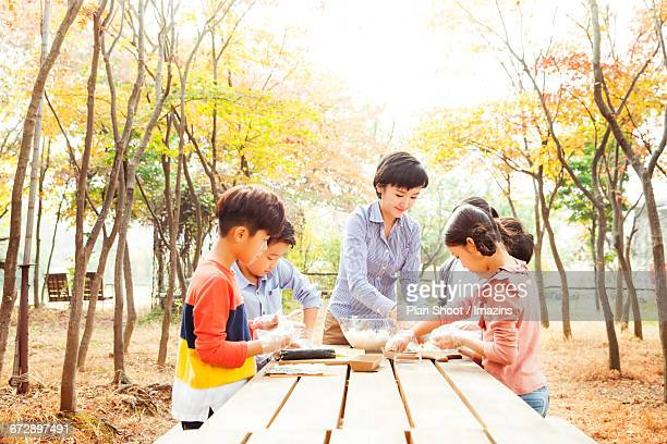 Teacher south children to make the glue wound in the woods