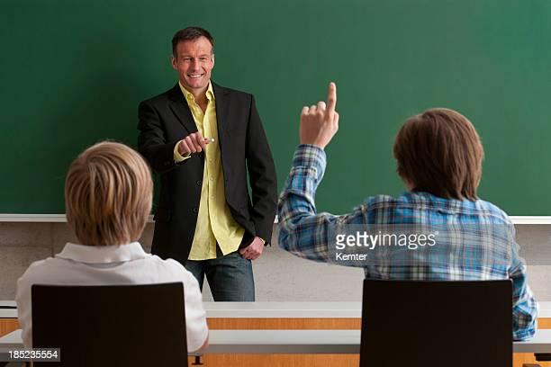 Enseignant parle avec les étudiants