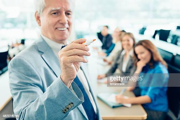 Lehrer unterrichten Erwachsene Studenten