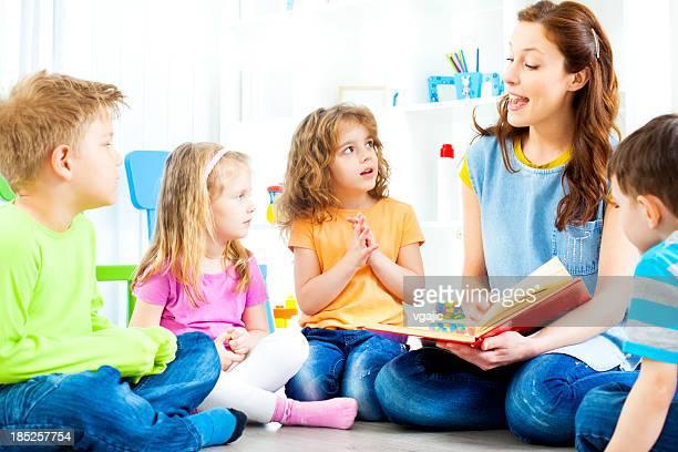 Profesor contar una historia para los niños.