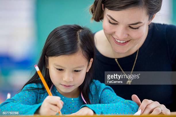 Insegnante Guardando oltre uno studente