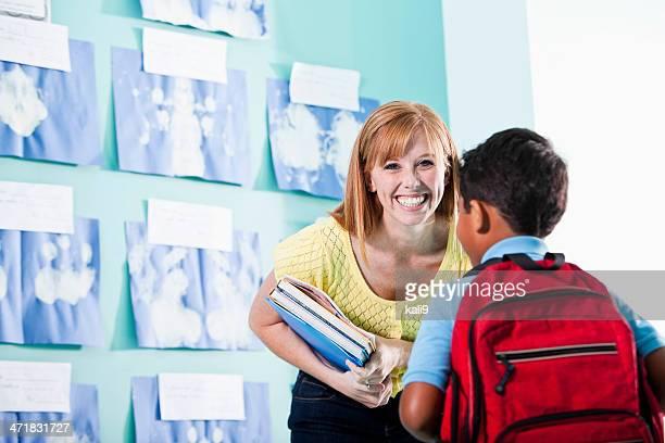 École primaire enseignant avec garçon