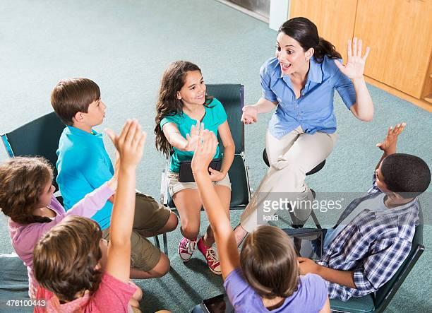 Grundschule Lehrer mit Schülern