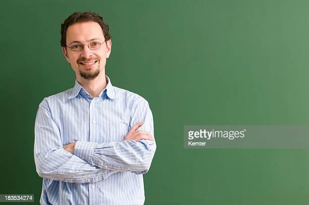 教師、グラスに笑う黒板