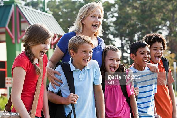 Insegnante con gli studenti in piedi fuori