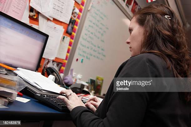 Profesor trabajando en su computadora