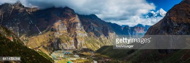 Theehuizen Thame over het hoofd gezien door de vallei van de berg Himalaya pieken panorama Nepal