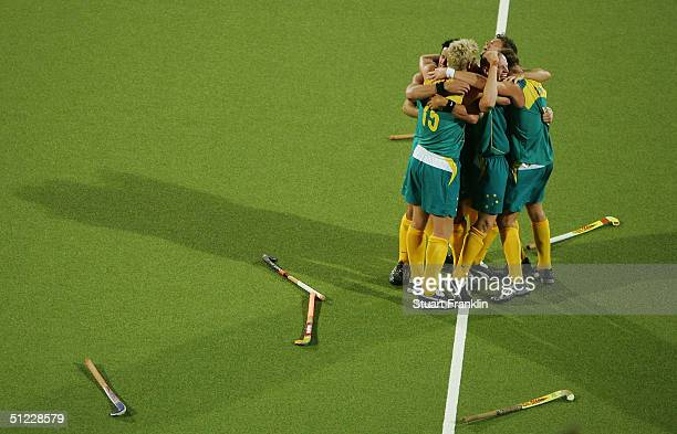 Team Australia celebrates winning gold in the men's field hockey gold medal match against the Netherlands on August 27 2004 during the Athens 2004...