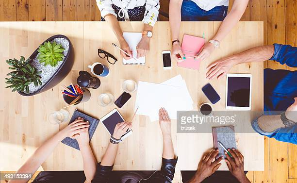brainstorming d'équipe, vue grand angle sur la table