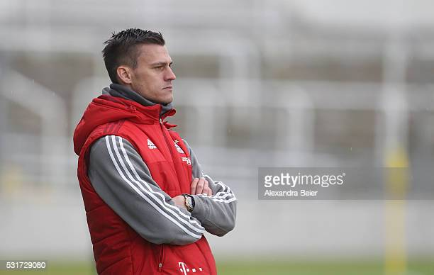 Team coach Thomas Woerle of Bayern Muenchen reacts during the women Bundesliga match between FC Bayern Muenchen and 1899 Hoffenheim at Stadion an der...