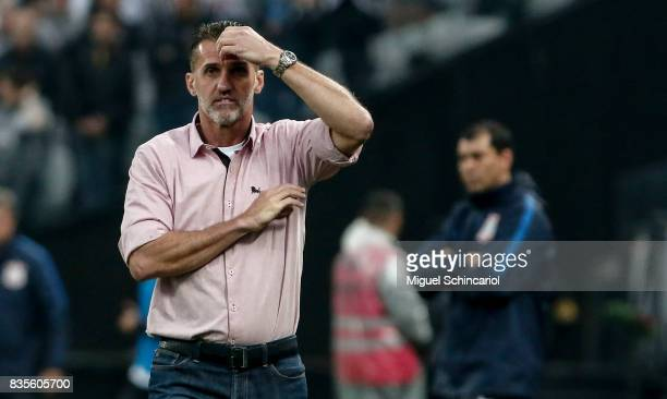 Team coach Vagner Mancini of Vitoria gestures during the match between Corinthians and Vitoria for the Brasileirao Series A 2017 at Arena Corinthians...