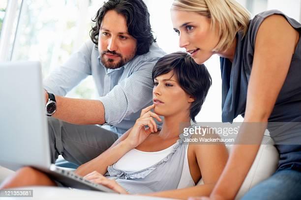 Projekt-Team diskutieren während der Anzeige laptop