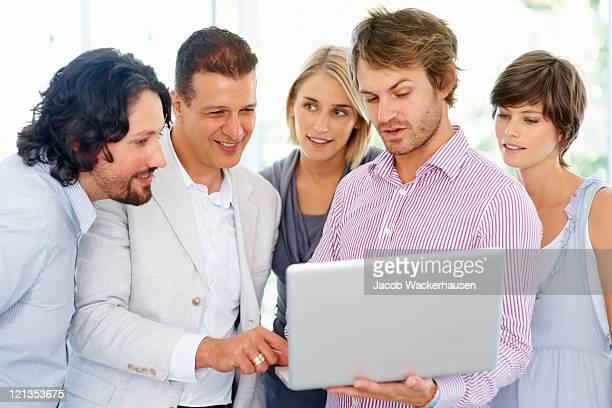 Teamleiter mit Kollegen Vorschlag für einen laptop