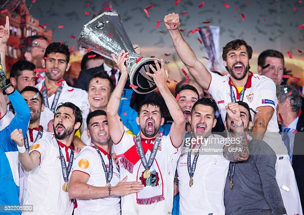 Team mates of Sevilla celebrate as Coke lifts the trophy after the UEFA Europa League Final between Liverpool and Sevilla at St JakobPark on May 18...