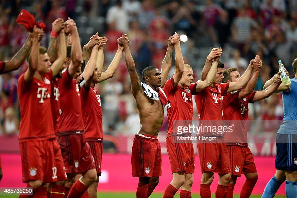 Team members of Bayern Muenchen celebrate after the Bundesliga match between FC Bayern Muenchen and Bayer Leverkusen at Allianz Arena on August 29...
