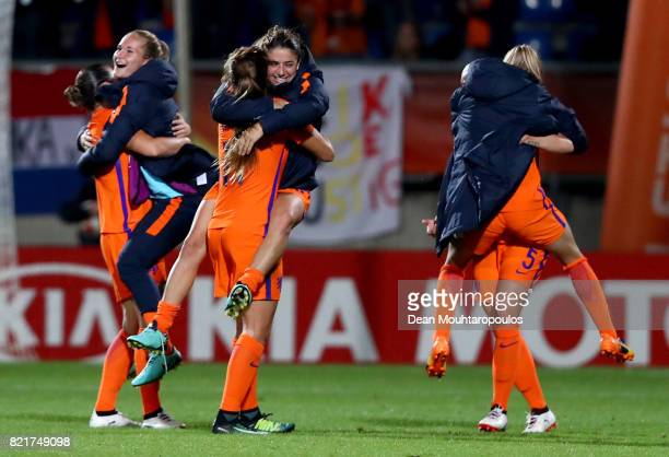 Team members of Netherlands celebrate victory over Belgium after the Group A match between Belgium and Netherlands during the UEFA Women's Euro 2017...
