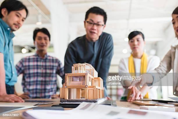 建築家チームのを見ている 3 D モデル