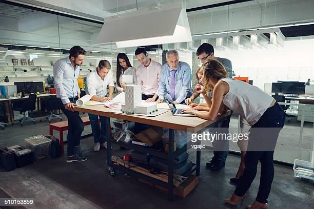 Equipo de arquitectos Revisar modelo arquitectónico en la oficina.