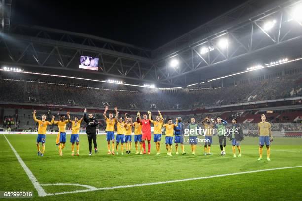 Team of Braunschweig celebrate after the Second Bundesliga match between Fortuna Duesseldorf and Eintracht Braunschweig at EspritArena on March 13...