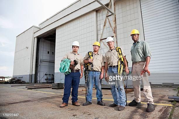 Équipe de travailleurs de la construction avec un harnais