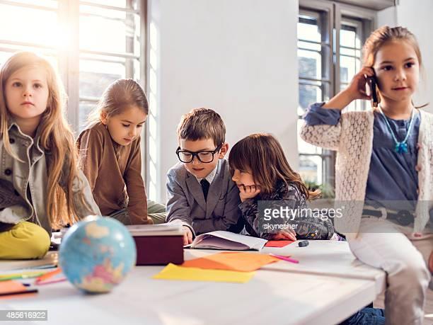 Team kreative Kinder Lesen von Dokumenten im Büro.