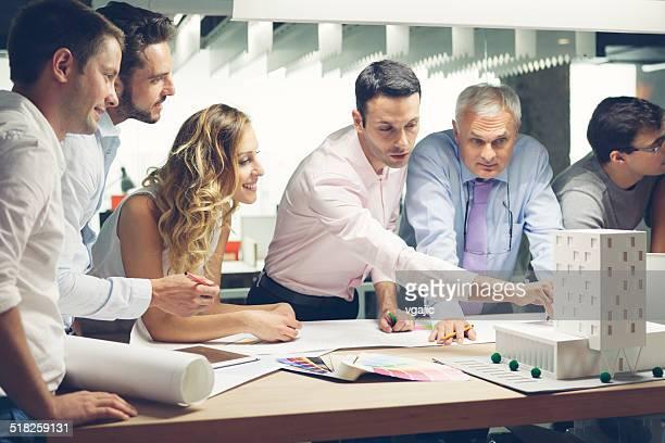 Equipo de diseñadores Revisar modelo arquitectónico en la oficina.