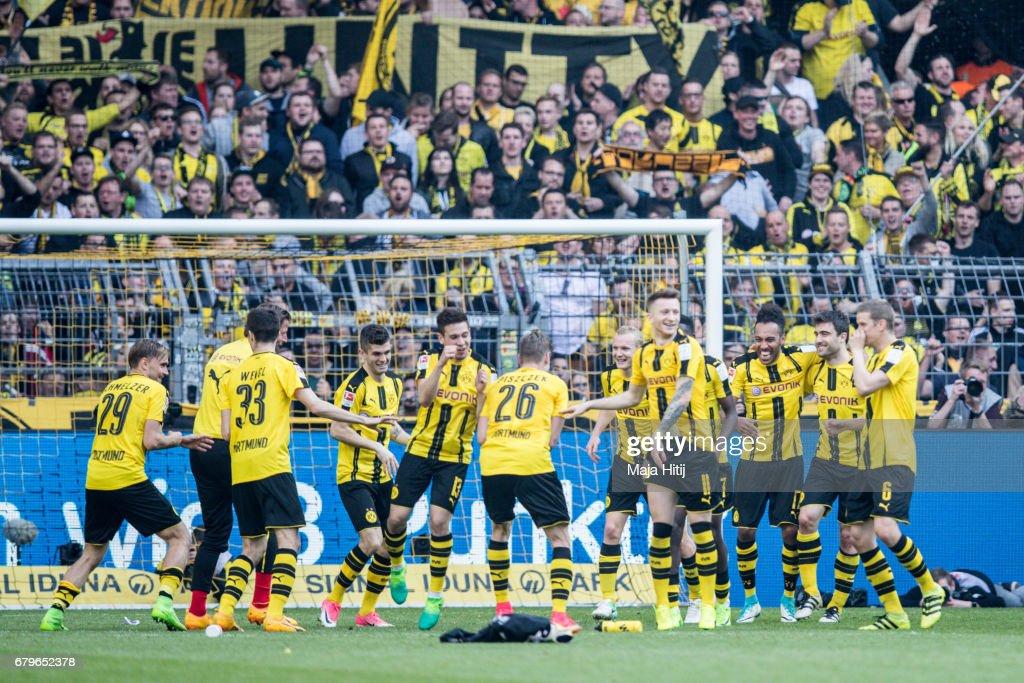Team of Dortmund celebrates after the Bundesliga match between Borussia Dortmund and TSG 1899 Hoffenheim at Signal Iduna Park on May 6, 2017 in Dortmund, Germany.