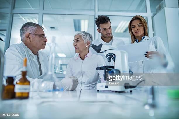 Team von kriminaltechnische Wissenschaftler Arbeiten in einem Labor.