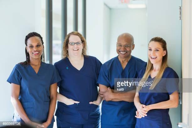 Equipo de cuatro profesionales médicos multiétnicos