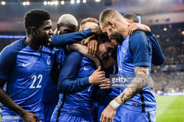 Team of France celebrates a goal with Samuel Umtiti Antoine Griezmann and Layvin Kurzawa of France during the friendly match France and Spain at...