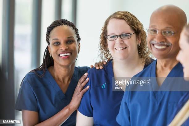 Equipo de profesionales médicos y multiétnicos