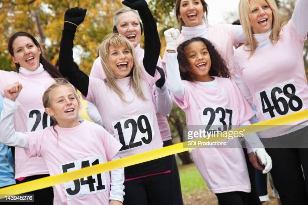 Team von Frauen in Rosa-charity-Rennen Ziellinie