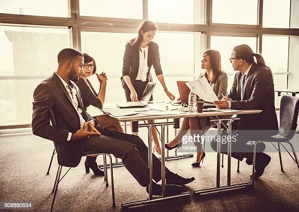 Équipe de jeunes gens d'affaires ayant une réunion