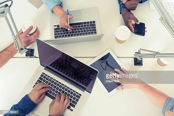 若いビジネスチームの人々のミーティングテクノロジーを使用し