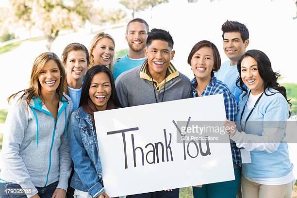 Team von jungen Menschen, die'thank you-im Freien