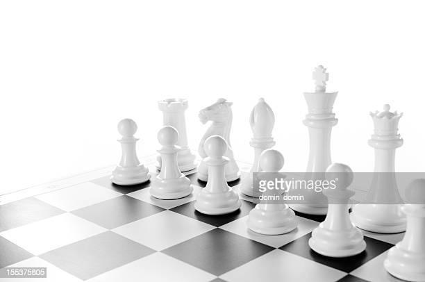 Équipe blanc pièces d'échecs sur échiquier, noir et blanc