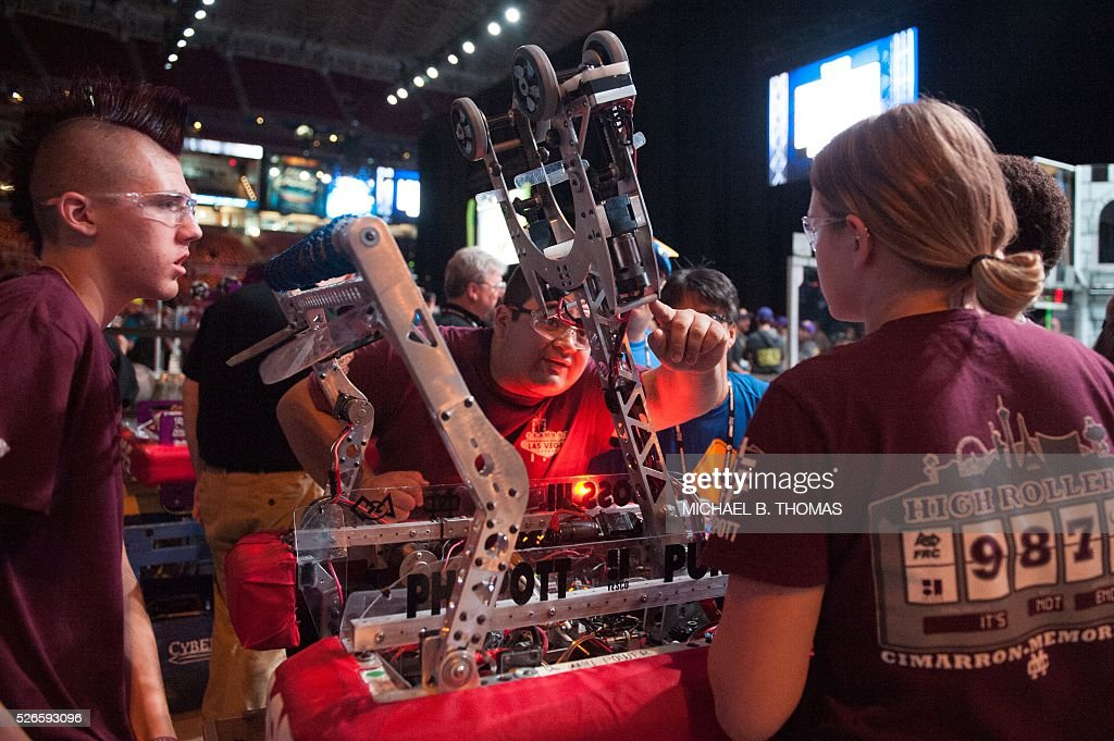 Teams complete repairs on a robot during the FIRST Robotics Championships on April 30, 2016 in St. Louis, Missouri. Six hundred teams representing 10 countries compete over three days. / AFP / Michael B. Thomas