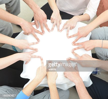 teamwork hand building star in circle with fingers - Sternförmig