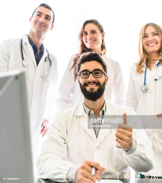 Trabajo en equipo en la oficina de médicos para reuniones.