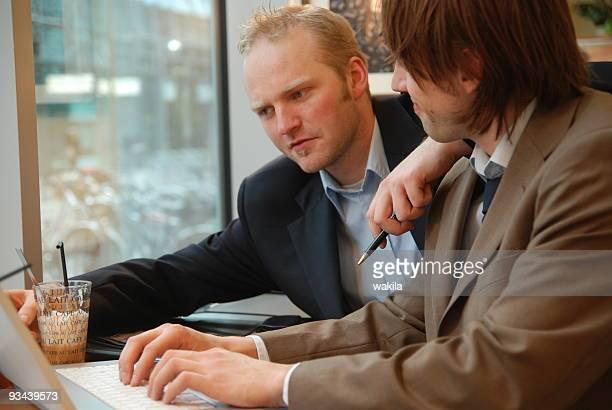 Travail de deux jeunes étudiants qui travaillent ensemble dans le bureau