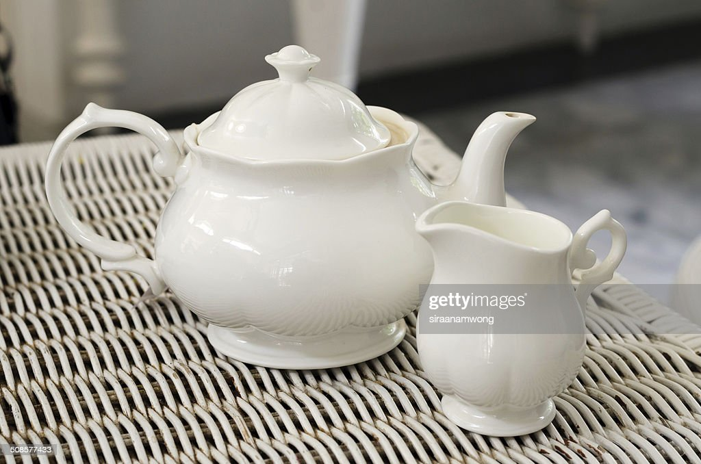 Théière avec de petits pots de lait : Photo