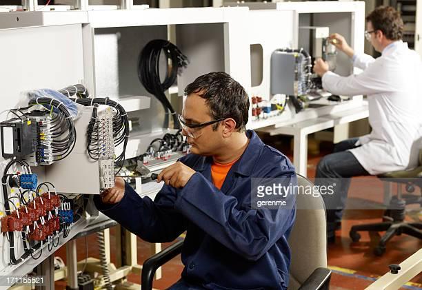 Technicien et ingénieur.