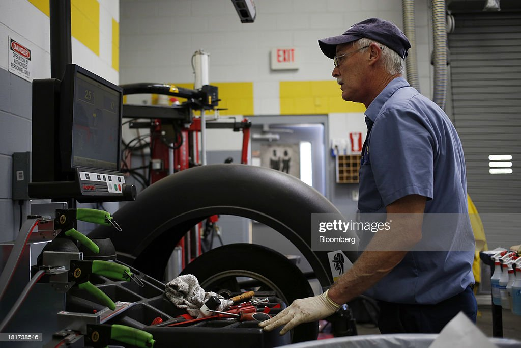 A technician balances a tire at a CarMax Inc. dealership in Lexington, Kentucky, U.S., on Monday, Sept. 23, 2013. Carmax, which generates 98% of its revenue in the used car market, today reported record second quarter results for the quarter ended Aug. 31. Photographer: Luke Sharrett/Bloomberg via Getty Images