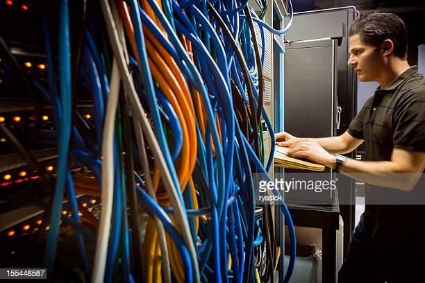Es Techniker im Server Raum für Ausrüstung am Computer